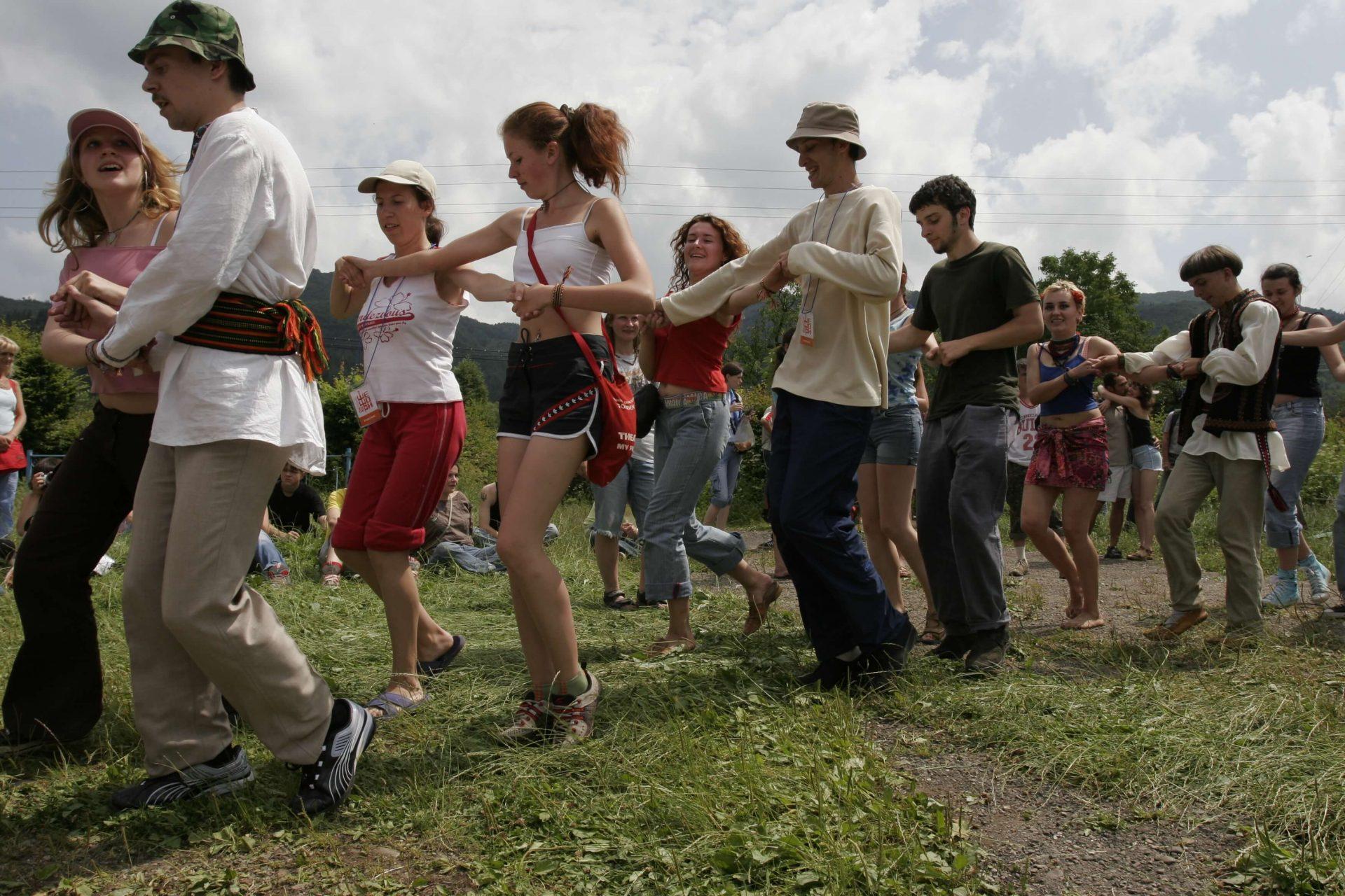 Учасники фестивалю в Шешорах танцюють парами