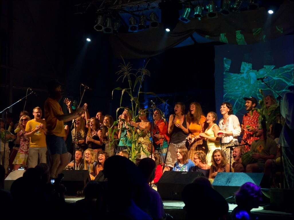 Учасники фестивалю зібралися всі разом та співають на нічній сцені фестивалю в Унежі