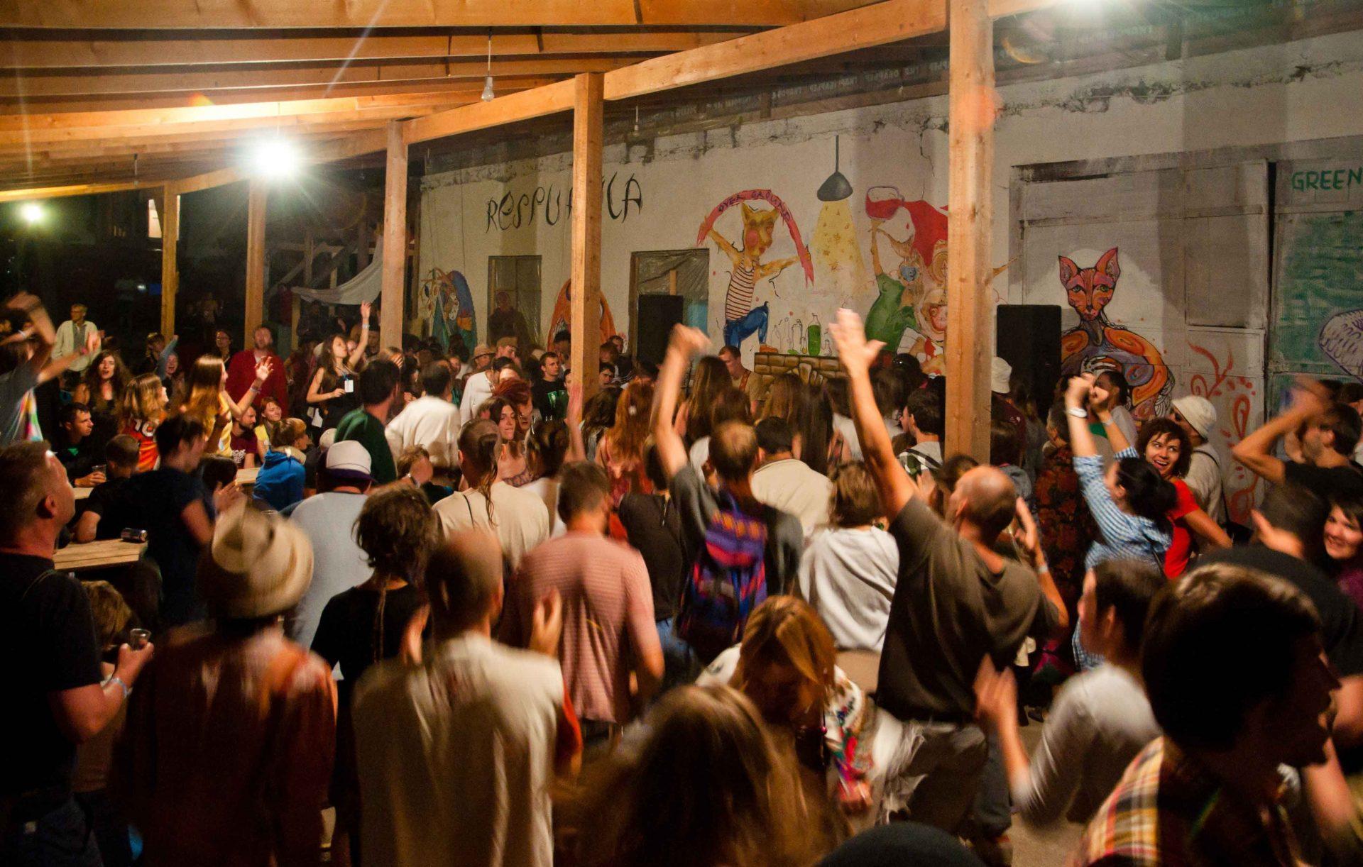 Публіка розважається під дерев'яним накриттям на фестивалі в унежі