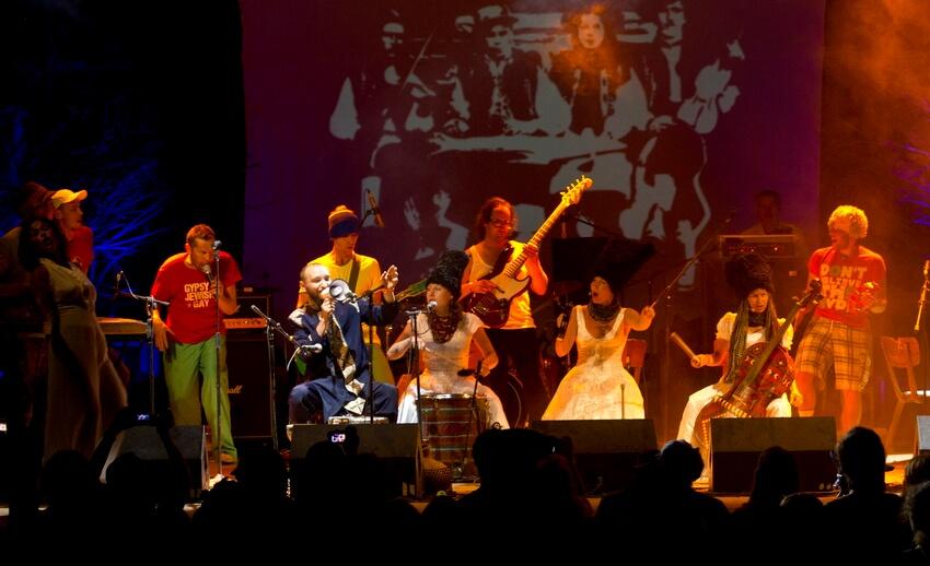 Гурт «ДахаБраха» та інші музиканти виступають на нічній сцені фестивалю в Унежі