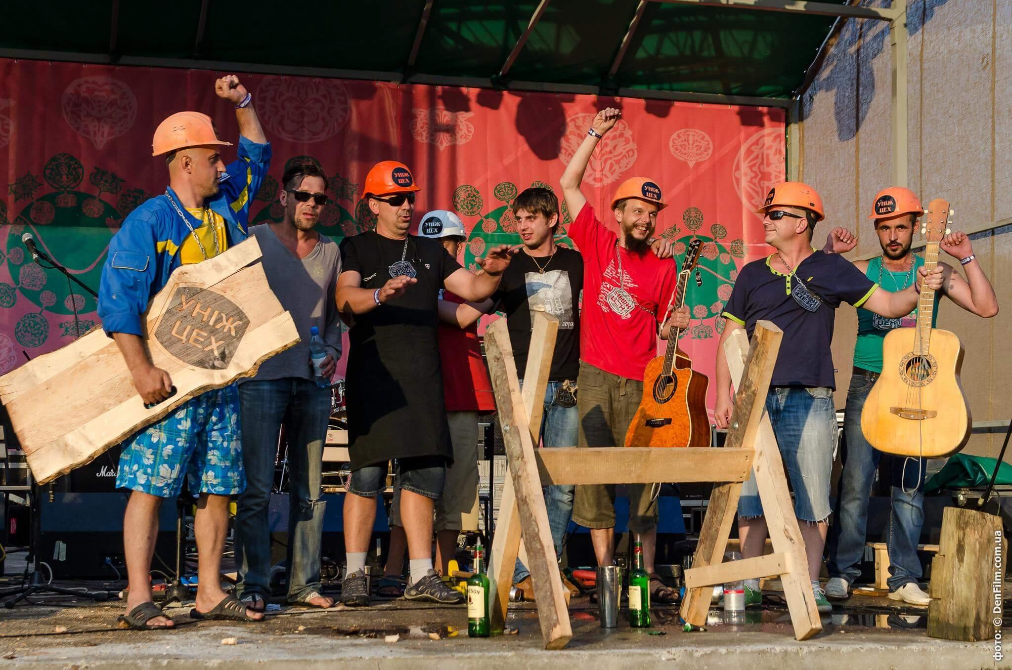 Усміхнені учасники «Уніж цеху» на сцені фестивалю в Унежі