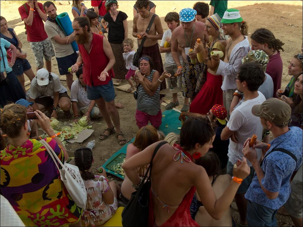 Кілька учасників фестивалю в Унежі шаткують капусту, чоловік щось пояснює, глядачі зібралися навколо — дивляться та слухають